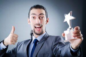 Mitarbeiter bekommt einen Anerkennungspreis