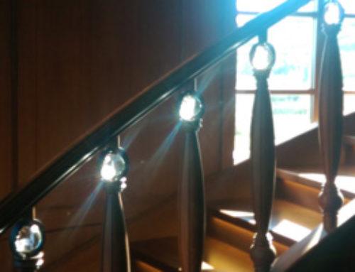 Glaskugeln mit 3D-Laser-Gravur verschönern Treppengeländer