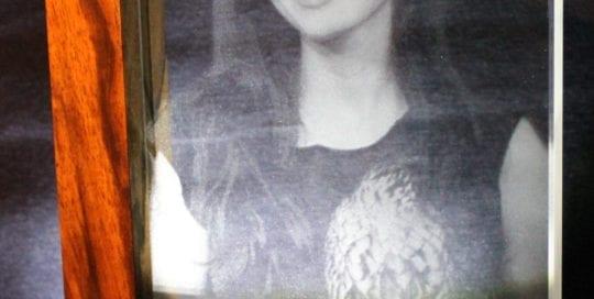 Bild in Glas gelasert mit Holzrahmen